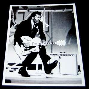 TRUE PIONEER OF ROCK N ROLL CHUCK BERRY SIGNED CARD AND GREAT PRINT