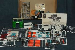 Freightliner SD 1/25 scale Tractor Trailer semi truck model |