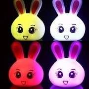 mudança de cor em forma de coelho luz da noite